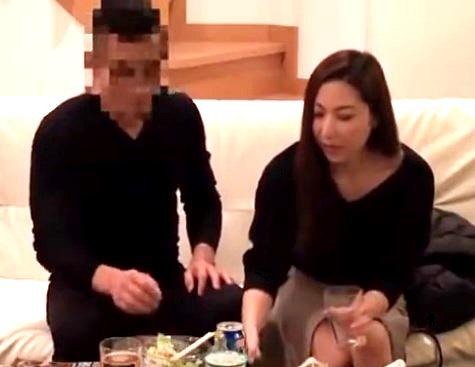 《人妻ナンパ》妖艶な色気を醸し出す巨乳素人熟女妻をナンパ師が自宅で口説き落とす生々しい動画