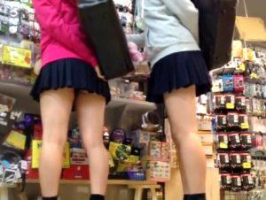 《JK盗撮,個人撮影》大型ショッピングモールで買い物を楽しむ制服JKたちに忍び寄る盗撮魔