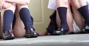 《個人撮影,JKパンチラ,高画質》制服でじゃれ合う女子高生のおふざけパンチラやしゃがみパンチラを盗撮!むっちりした股間がたまりませんな