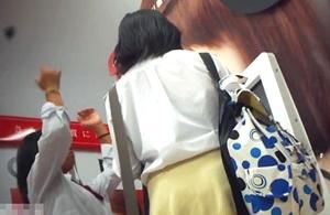 《個人撮影,JK》ガチにしか見えないと噂のヤバいやつ・・・買い物中の女子高生をストーキング縞パンを逆さ撮りしたプライベート映像