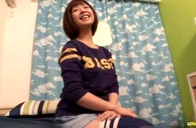 「20歳の現役女子大生です」私服ニーハイでインタビューに答えてパンチラ撮影される素人娘!