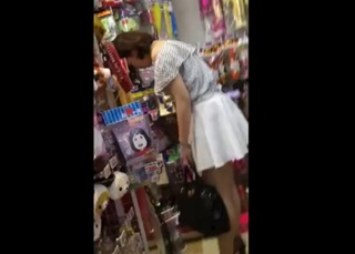 《個人撮影,JD,盗撮》ガチでヤバいやつ。激カワ女子大生のしゃがみパンチラをがっつり盗撮した動画が見つかってしまう