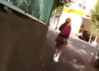 《JS声掛け事案》閲覧注意レベルのガチ犯罪映像。学校帰りの小×生を自宅に連れ込み猥褻行為を働いた男