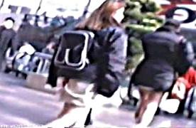 《個人撮影,素人,盗撮》人混みに紛れてもミニスカ美脚がひと際目立つ素人ギャルのパンチラをこっそり逆さ撮り