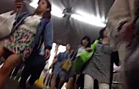 人混みの中で美脚ギャルを追跡パンチラを撮影