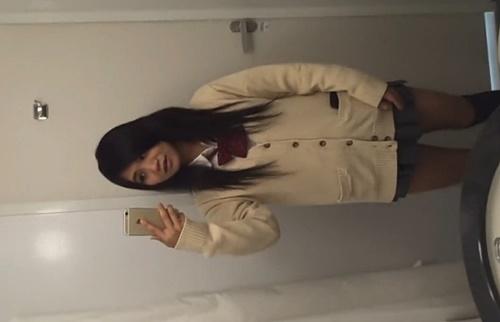 トイレでオナニーを自撮りするギャルJK