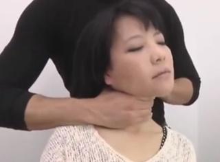 首を絞められて失神する美熟女