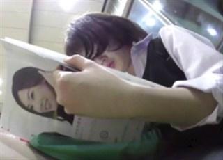 《盗撮動画》駅で見つけた学校帰りの美少女JKちゃん!ねっとり尾行して逆さ撮りでパンチラ撮影に成功www