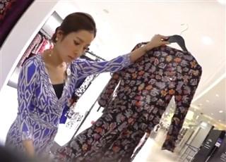 【盗撮動画】逆さHERO!ハイブランドショップの美人店員のドスケベTバックパンチラ