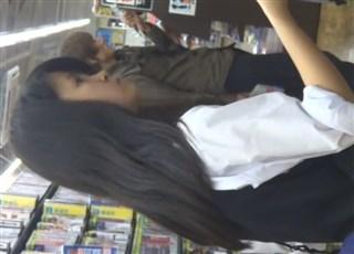【逆さ撮り盗撮】今夜のおかず レンタル店で見つけた超絶美少女JCのパンチラ Part.2