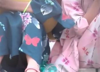 《盗撮動画》夏祭りにきたJSちゃん、着なれない浴衣で2人共パンチラしまくってしまう