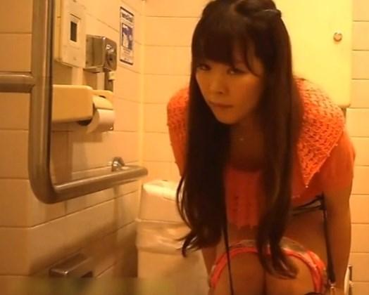 《トイレ盗撮》潔癖症のお姉さん、腰を浮かしたまま放尿する様子を隠し撮りされるwww