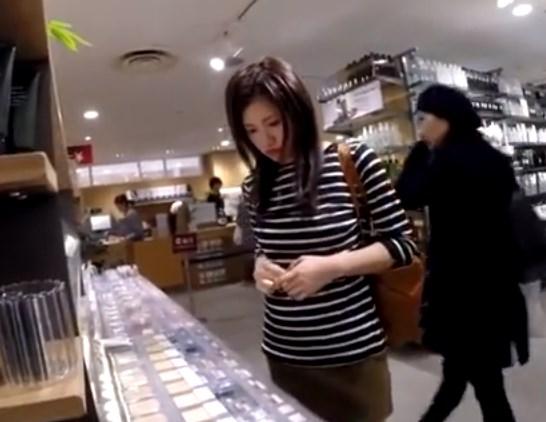 《逆さ撮り盗撮》無印○品で買い物中のニーハイ美女の純白パンチラwww