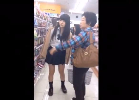 お婆ちゃんと買い物中の童顔美少女JKちゃん、むっちむちの下半身と食い込みパンチラを接写盗撮される