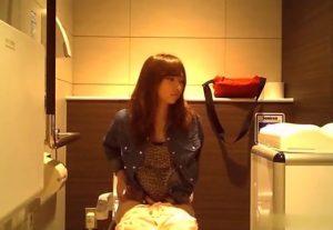隠しカメラを仕掛けた女子トイレに激カワギャルが登場、放尿シーンを披露してくれるwww