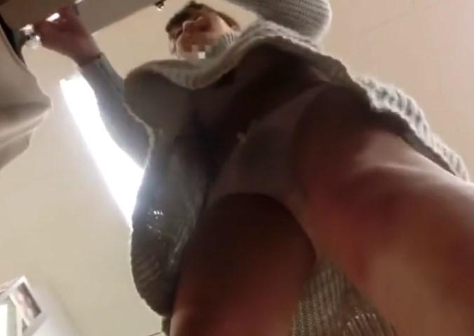 《盗撮動画》ワンピースでパンブラ丸見えの美人ショップ店員のこの動画がエロすぎてシコ不可避www
