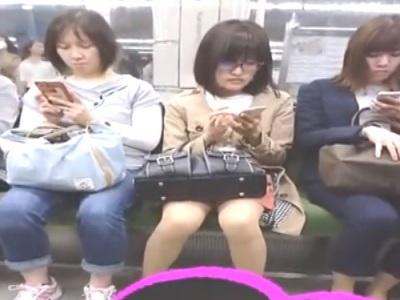 《盗撮動画》電車で見つけた大人しそうなメガネOLのエッチな股間にズームイン撮影ww