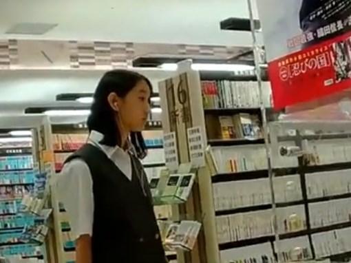 《盗撮動画》マジで美少女な制服JKが純白パンチラ逆さ撮りされててガチでシコいんだがwww