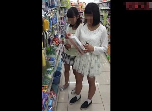 《個人撮影,JC,高画質,ヤバいやつ》お友達と買い物中の中●生のパンチラをWゲット!フロントから長時間接写した危険な流出映像