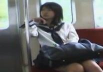 《個人撮影,JK,盗撮》運良く電車の対面シートに座った美少女JKをそのまま尾行してパンチラ盗撮する男w