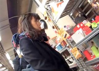 《HD盗撮動画》放課後になるとJKが集まる店舗でひと際輝く美少女JKを追い撮りしてパンチラゲットww