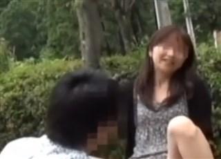 《個人撮影》笑顔なキュートな奥さんを野外に連れ出して寝取られプレイを映像に記録!素人夫婦の究極の変態プレイをご覧ください