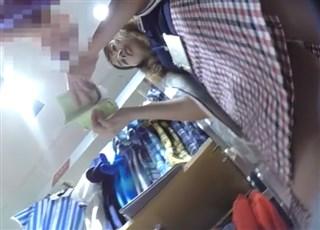 《HD盗撮動画》スポーツ用品店の美人ショップ店員のフロントパンチラを絶妙のアングルで逆さ撮りゲットww