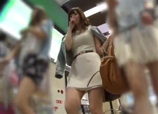 超絶逆さ撮り 逆さ撮りパンチラ>必見超絶美人!!美人すぎるお姉さんをスカート ...