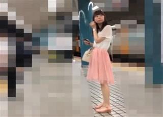 【逆さ撮り盗撮】ピンクのスカートを穿いたかわいいJDの派手派手パンチラ
