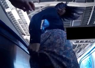 【盗撮バレ】めくり撮り中に振り替えられて水平チョップくらわされる撮り師www