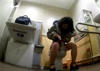 危険ガチトイレ盗撮!おしっこ終わりにナプキンを交換する生理中の女子たち