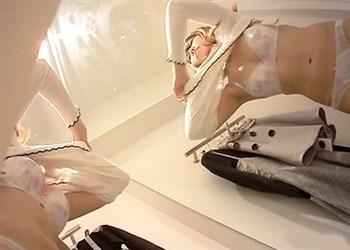 コス生 【試着室生着替え】アパレル試着室のすき間から女の子たちの生着替えを隠し撮り