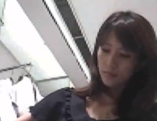 この美人ショップ店員さん、えっぐいアングルでTバックパンチラを盗撮される
