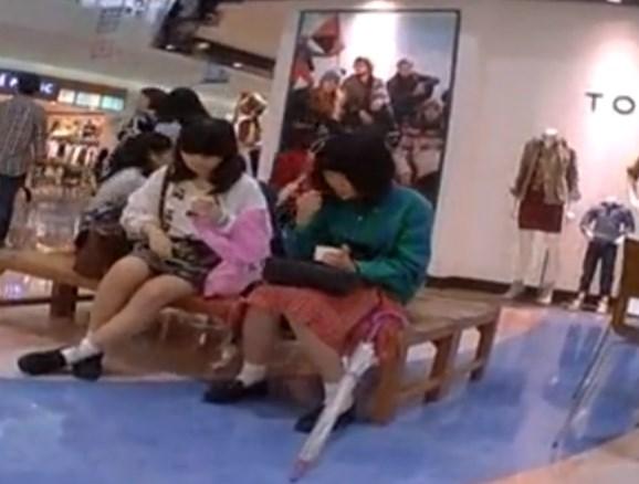 まったく無警戒な芋っ子JCちゃん、ショッピングモールでパンチラ撮り放題されてしまう