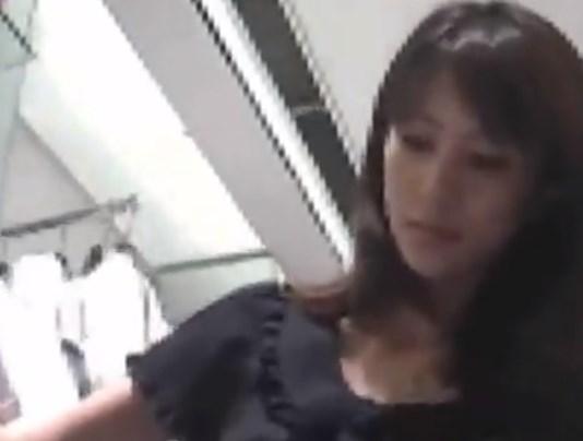 モデル風のショップ店員がしゃがみ状態でTバックパンチラ盗撮されてる動画がエロすぎてヌイタwwww