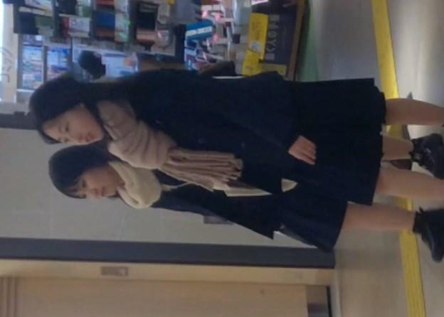 不自然な程に仲良しな童顔JKちゃんを駅の階段でパンチラ盗撮(動画あり)