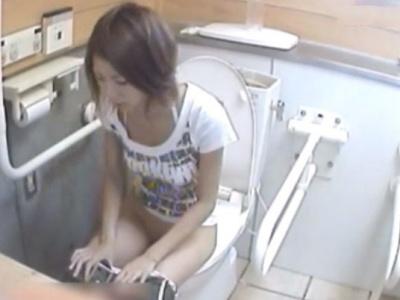 夏の海岸トイレで水着ギャルたちの放尿シーンを撮影したガチ盗撮動画のシコリティが高いwww