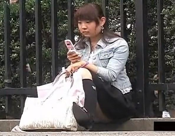 《盗撮動画》こういうパンチラしてる事に全く気づいていない女子大生wwwww