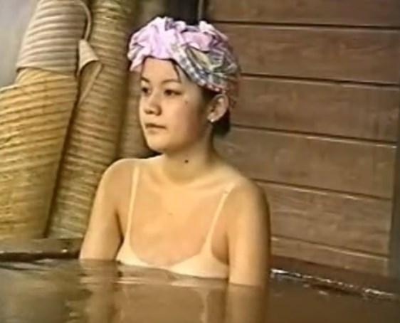 水着の日焼け跡クッキリの美少女、某旅館の露天風呂で従業員に盗撮される