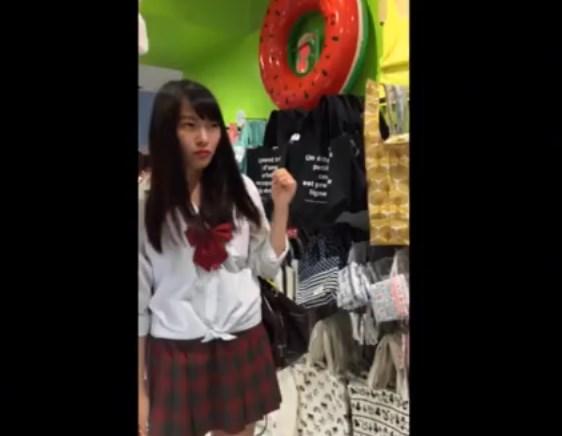 《逆さ撮り盗撮》このアイドル顔の美少女JKのパンチラがエロすぎて抜いたwwww