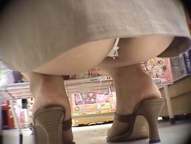 《盗撮動画》店内でしゃがみ込んだTバック美女のアナルが見えそうなんだがwwww
