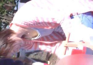 某イベント会場で貧乳お姉さんの胸チラを盗撮しまくる危険人物の投稿動画